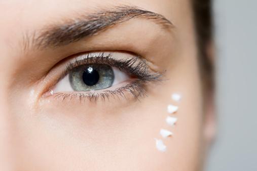 Iata cum sa-ti ingrijesti pielea din jurul ochilor