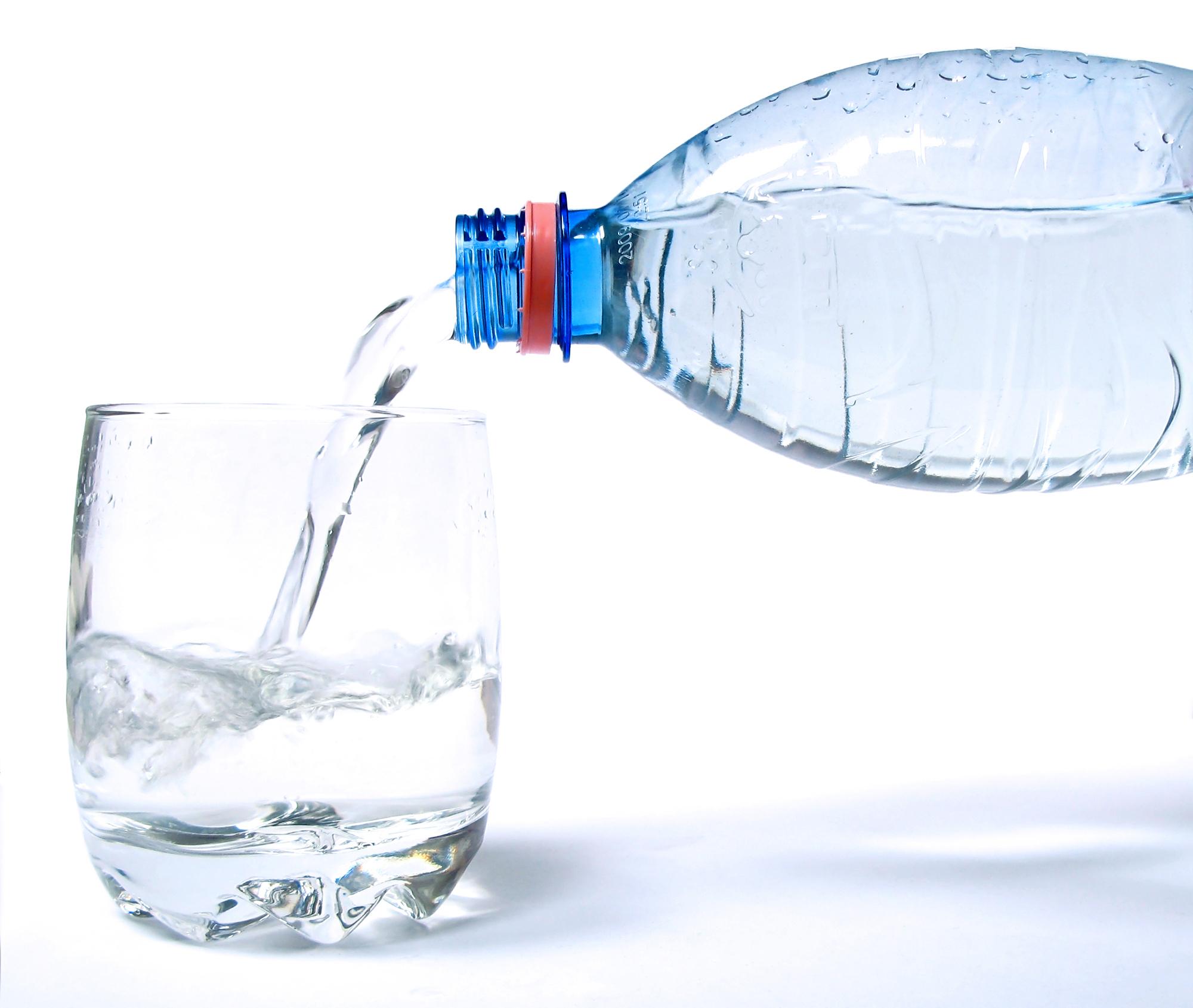 Beti cel putin 2 litri de apa pe zi