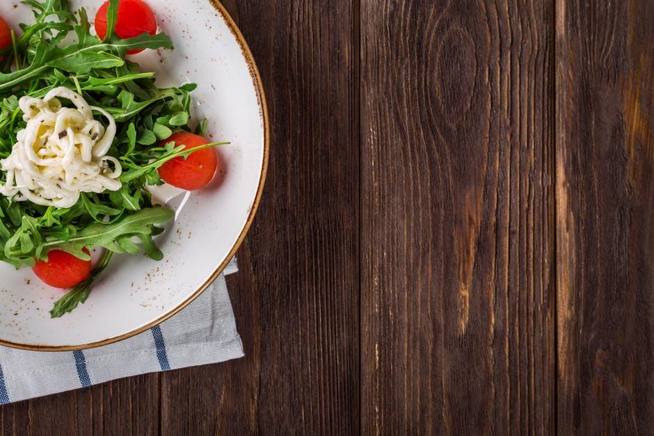 Salata de rucola cu branza feta si rosii cherry. O alegere sanatoasa!
