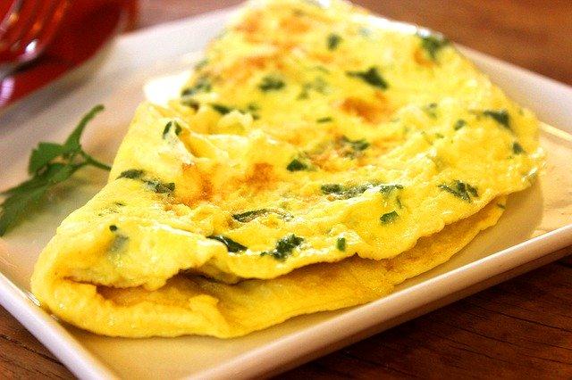 Reteta omleta fresh cu legume si verdeata