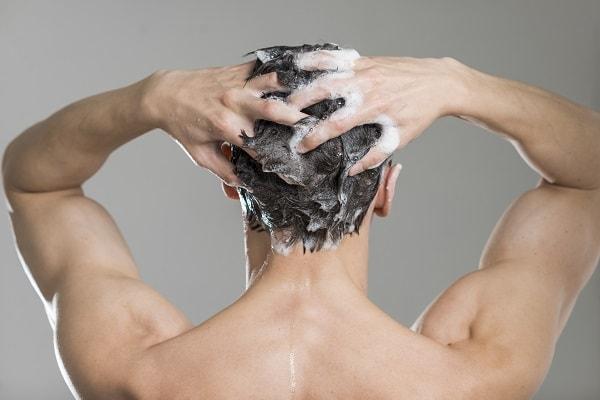 Ingrijirea parului la barbati. Ce sampon alegi in functie de problemele scalpului