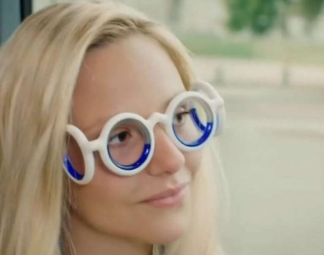 Au aparut ochelarii care te scapa de raul de miscare in masina