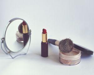 La ce trebuie sa fim atente cand cumparam cosmetice