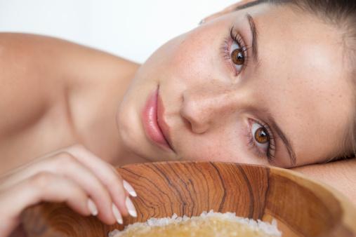Remedii naturiste pentru acnee: 6 Tratamente care intr-adevar functioneaza